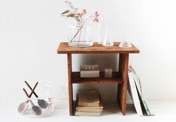100円ショップのまな板を4枚組み合わせて作ったちいさな飾り棚。古材風にペイントしているのがポイントです。