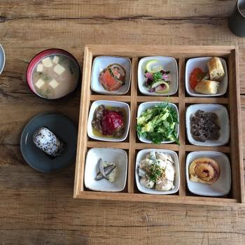 お味噌汁とおにぎりに、小鉢に盛られた可愛らしいお惣菜が並びます。フィンランドの伝統料理と日本料理の両方が楽しめます。
