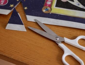 透明のフッ素樹脂加工がされているので、セロハンテープなどの粘着のあるものを切っても、刃につきにくいのも嬉しいですね。はさみ自体も軽量で、とても扱いやすいですよ。