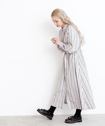 ホワイトベージュやライトグレーといった明るい色味がベースなら、黒い縦のラインがパキっと映えて、軽やかかつ、清潔感のある印象に。襟のあるシャツワンピースをチョイスすれば、きちんと感もしっかり演出できます。