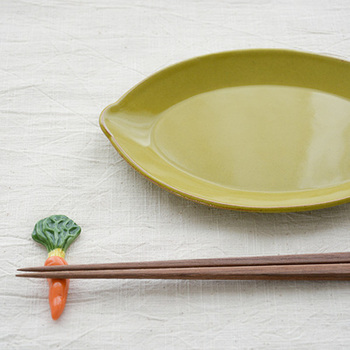 """焼き物の町として知られている、長崎県波佐見町で工房兼ギャラリーを構える「京千」が、焼き物を身近に感じてもらいたいというコンセプトの元に新たに立ち上げたブランド""""sen(セン)""""。  senのバリエーションに富んだ箸置きは、食卓に豊かなイロドリを与えてくれます。"""