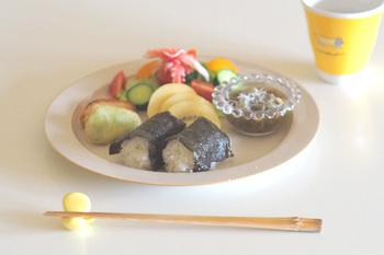 5色のカラーで食卓を彩ってくれる箸置きは、家族それぞれが自分のカラーを決めて普段使いしたくなるデザインですよね。