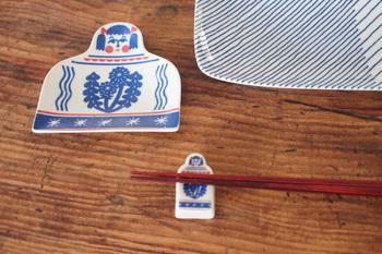 """型染めユニット「kata kata(カタカタ)」と「倉敷意匠」がコラボして作られた、こけしデザインの箸置き""""たんぽぽ""""。  同デザインの豆皿とセットで使うと、さらにおしゃれでキュートな食卓が完成します。和食での使用がおすすめ♪"""