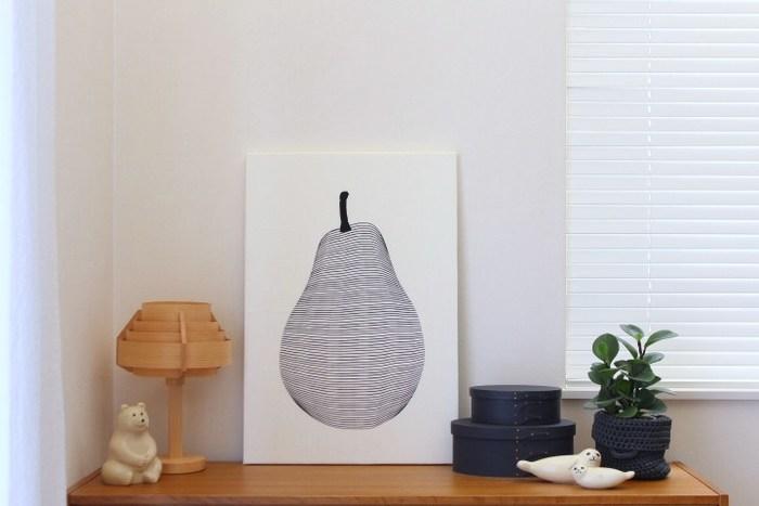 洋梨柄のティータオルを大胆にファブリックパネルに加工しています。絵画のように使うことで、お洒落なポスターのようにも見えます。高価なポスターを購入するより、ずっとリーズナブルですね。