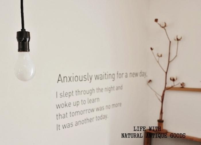 そっけなかった真っ白い壁に文字列のウォールステッカーを貼れば、まるでお洒落なカフェのような空間がお手軽に手に入ります。