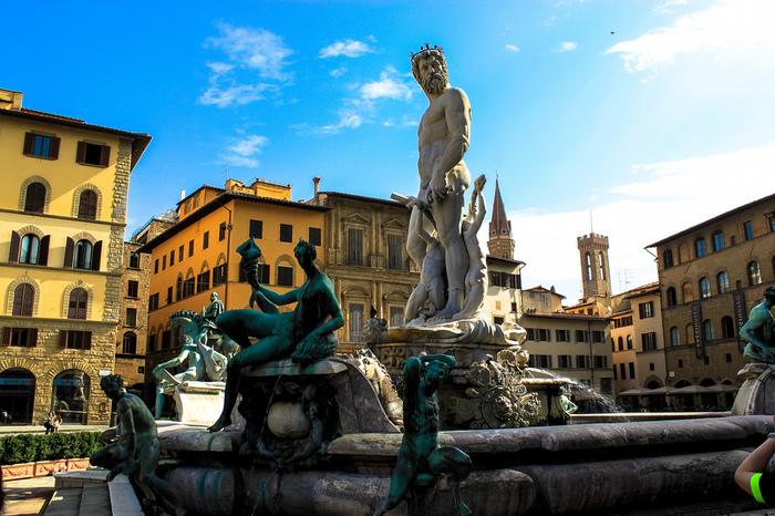 シニョリーア広場を飾る彫像の中には、1575年にバルトロメオ・アンマナーティによって制作されたネプチューンの噴水があり、圧倒的な存在感を放っています。