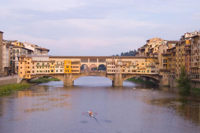 フィレンツェ市街を悠然と流れるアルノ川に架けられたヴェッキオ橋は、1345年に架けられた石橋です。フィレンツェに架けられた最古の橋でもあるヴェッキオ橋の上には、イタリアの名門家であるメディチ専用の通路として使われていたヴァザーリの回廊があります。