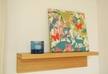 セリアのファブリックパネルを使えば、リーズナブルにイメージチェンジすることができます。飾り棚には厳選されたモノだけを飾ることで、すっきりとした美しいインテリアに近づきます。
