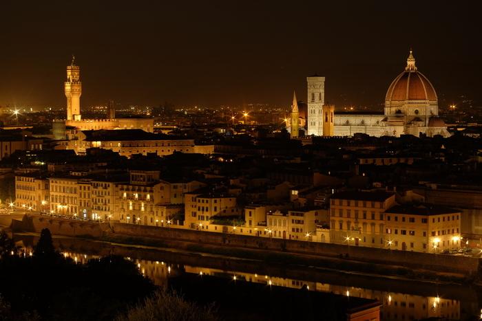フィレンツェは夜景の美しさも傑出しています。漆黒の闇夜を背景に、ライトを浴びた歴史的建造物が浮かび上がる様は幻想的で、まるで宝石箱のような美しさです。