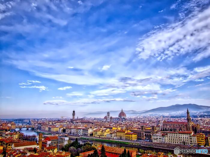 ミケランジェロ広場は、アルノ川南岸の高台に位置しており、フィレンツェ歴史地区を一望できる眺望スポットとして人気があります。