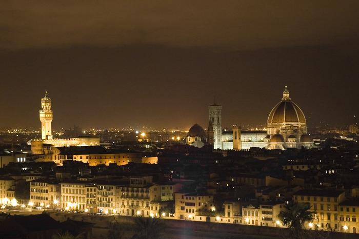 ミケランジェロ広場から眺めるフィレンツェの夜景の美しさは格別です。漆黒の闇夜を背景に、ライトアップされて輝く歴史的建造物が浮かび上がる様は、まるで漆黒のベルベットに宝石を散りばめたかのような美しさです。