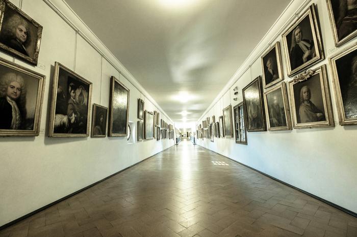 ウフィツィ美術館には、ヴェッキオ橋を経由してメディチ家の居住地であるピッティ宮殿まで続くヴァザーリの回廊があります。約1キロメートル続くヴァザーリの回廊には、約700点を超える絵画コレクションが展示されています。