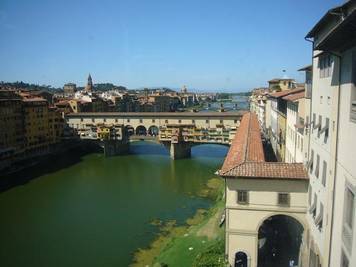 ウフィツィ美術館からは、アルノ川に架かるヴェッキオ橋を絶妙の角度から見渡すことができます。