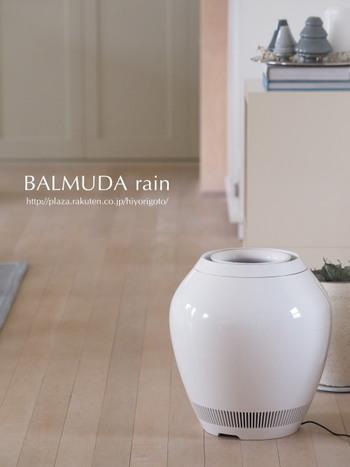 日本のプロダクトメーカーバリュミューダの気化式加湿器は、丸みを帯びたコロンとしたデザインがとってもお洒落。空気に含まれる細菌を酵素プレフィルターで分解し、埃や雑菌を取り除いたクリーンな空気を加湿して放出してくれます。