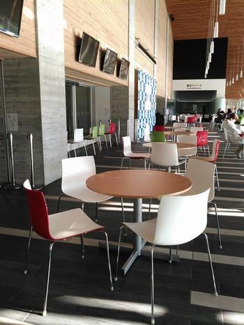 椅子やテーブルのあるホールは、おしゃれなカフェのようですね。こちらで休憩や食事もできます。