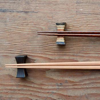 桜の木を使用して作られたこちらのお箸は、手に馴染みやすくシンプルなのに深みのある色合いが特徴。プレーン、拭漆、紅桜、夜桜の4種類から選ぶことができるので、全色違う色で揃えるのも素敵です。