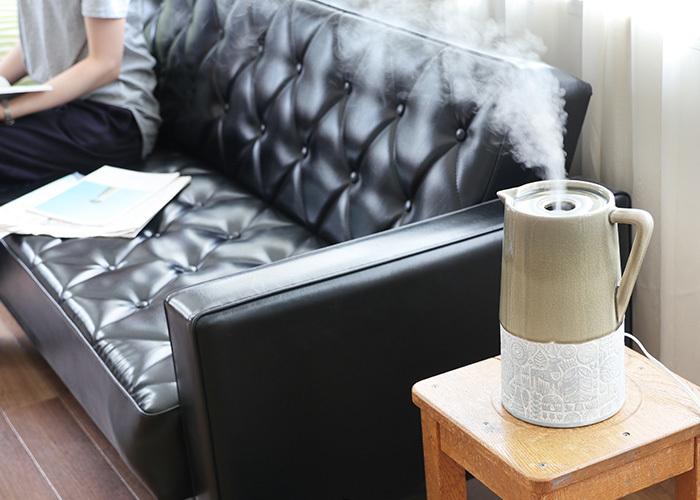 なんとも可愛らしいデザインのこちらの超音波式加湿器は、陶器製カバーをかぶせて使います。お部屋にちょこんとあるだけで、なんだか愛着が沸いてきそうですね。アロマパッドにお好みのアロマオイルを入れて香りを楽しんだり、3段階のミスト量調節、オフタイマーなどうれしい機能も搭載されています。