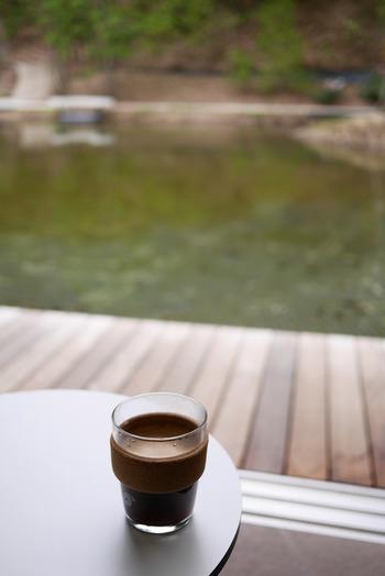 隣接のカフェでホットドリンクをテイクアウトで楽しむこともでき、優雅な気分になれますね。