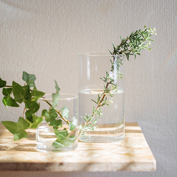 ナチュラルテイストのお部屋づくりは、植物とガラス瓶の組み合わせもポイントに。花器などにガラスを使うことで、より爽やかで清潔感のある雰囲気が生まれます。新生活が始まる春らしい演出でもありますね。陽射しがガラスに反射して、お部屋をいっそう明るいイメージにしてくれます。