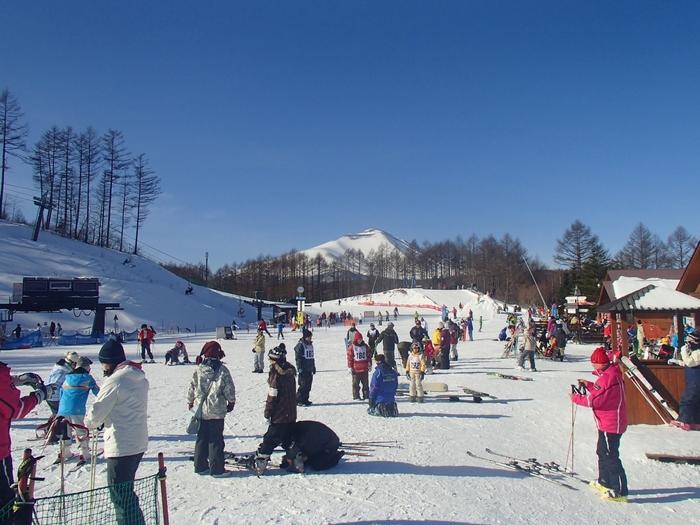 冬季オリンピックといえば、スキーやスノーボードも忘れてはいけませんね。 こちらの「軽井沢スノーパーク」は、レンタルも充実していますしスクールや託児スペースもあります。コースがなだらかなので、初めて滑る方にも安心できるゲレンデです。