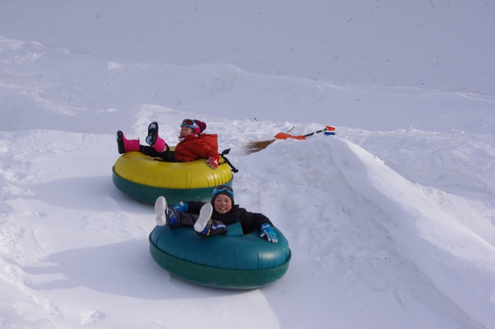 チュービングも入場料だけで体験できるので、家族で遊べるスキー場です。