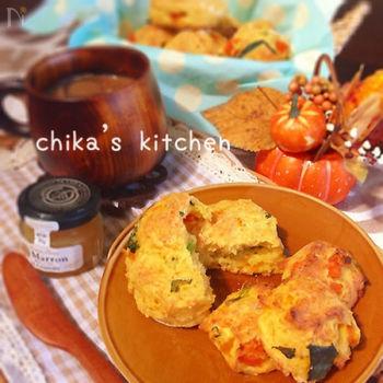 サラダを作る時間がない時には、クイックブレッドに野菜を入れてしまうのもおすすめ。こちらは、カボチャや人参、小松菜などが入っています!豆腐を使っているところも特徴♪