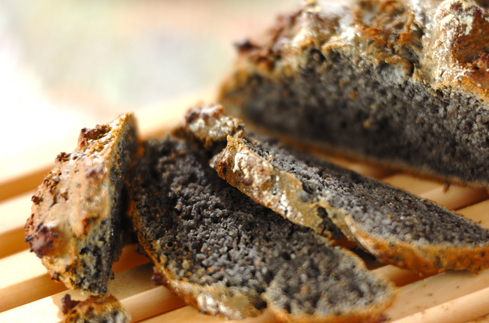 切ってびっくり!黒練りごまをぎっしり混ぜ込んだクイックブレッドのレシピです。別に黒ごまも入ったごま尽くしレシピなので、ごま好きな人はぜひ試してみてください。ここにハチミツをまわしかけて食べるのもおすすめ♪