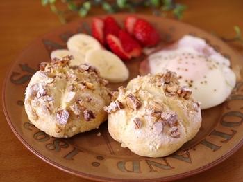 見ているだけで香ばしさが伝わってきそうな、ナッツたっぷりのクイックブレッド♪パン自体は甘くない塩パンなので、フルーツにも卵などのおかずにも、いろいろなメニューと合わせられそうですね。
