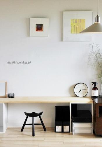こちらも低めのカラーボックスに天板をのせ、色を抑えた大人っぽい勉強机。中々ピンとくる勉強机に出会えない方や、転勤が多いご家族には大きな家具は購入すべきか悩むもの。まずはこれで…とお試しで作ってみても、費用は抑えられ、お手軽なので良いかもしれませんね。