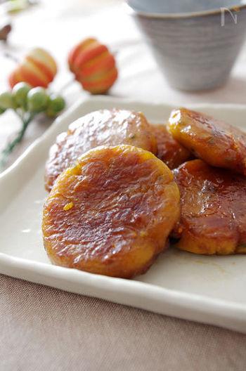 かぼちゃと片栗粉で作るモチモチした食感のお団子に、砂糖醤油のタレをからめて。熱々の焼きたてのお団子と香ばしい醤油が食欲をそそり、手が止まらなくなりそう。