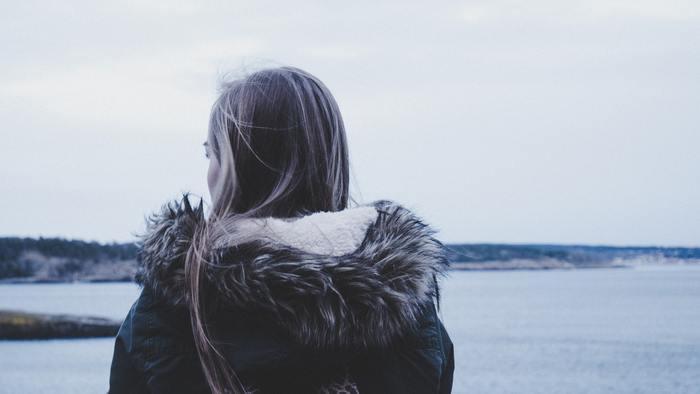 しかしその一方で、冬になると時々気分がどんよりしてしまい、仕事やご飯、外出すらも面倒になってしまう人や、自己肯定感できなくなって鬱々とした気分になってしまう人は少なくありません。この気分の原因は「ウインターブルー」という症状にあります。