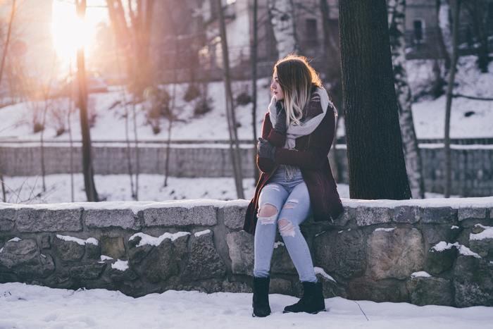 人の体は太陽光を浴びることで、脳内でセロトニンというホルモンが作られます。セロトニンはアドレナリンの反対作用をし、セロトニンがしっかり分泌されることで睡眠が誘発されるほか、心地よさや幸福といった精神を安定させる作用があることから「幸せホルモン」とも言われています。 しかし日照時間が短くなる冬は、夏場と比べてセロトニンが作られにくくなり、睡眠のリズムも不規則になることから無気力や不安定な気持ちになりやすくなってしまうと考えられています。