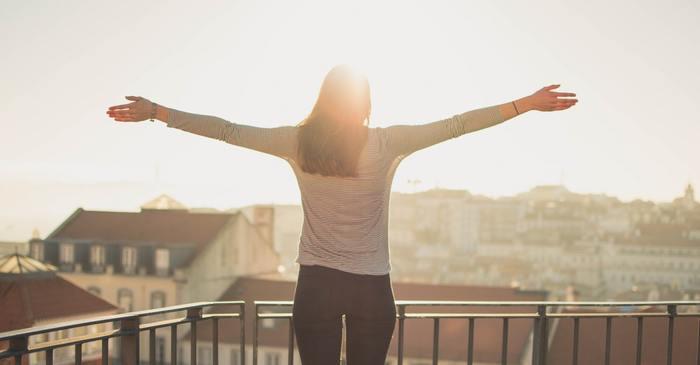 まずは太陽が出ているときを見つけたら、積極的に外に出て太陽光を思い切り浴びてみましょう◎ ちょっと寒いかもしれませんが、できたら服の上からではなく肌で直接太陽を浴びるのがベターです。
