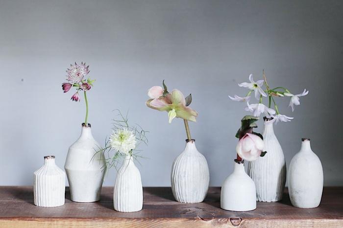 他の花と合わせて、小さな花瓶に一輪挿したものをいくつかランダムに並べれば、まるでギャラリーのような美しい空間に。