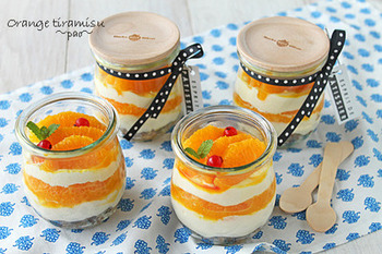 こちらのジャースイーツもクリームにマスカルポーネチーズを使用し、ティラミス風に仕上げられています。コーヒー液をまぶしたフルーツグラノーラを底に敷いたら、チーズクリームを入れて、その上にオレンジ、クリーム、オレンジ…と重ねて完成です♪オレンジ色が華やかで、元気が沸きそう!