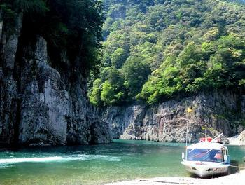 瀞峡(どろきょう)は、吉野熊野国立公園内の一部で、国の特別名勝にも指定されている大峡谷です。