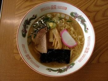 人気メニューは自家製手打ち麺で作られたラーメン。澄んだスープに手打ち麺が絡みます。