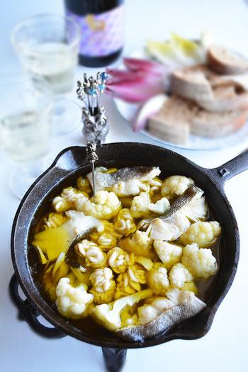 冬に美味しい鱈と白子を主役にしたおつまみ。旨味をたっぷり閉じ込めて、スキレットでオイル煮にすることで、ホクホクの仕上がりに。最後に茹でたパスタを絡めても美味しそうですね。