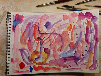 どのくらい水を含ませるか、乾くとどんな表情になるか、乾く前に別の色を加えるとどうなるか、紙の上で実際に試し描きしてみましょう。