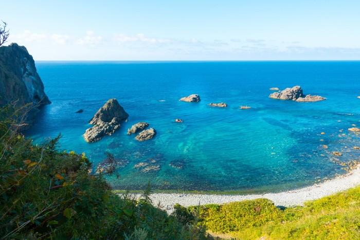 積丹岬は、積丹半島の北端に位置する岬です。積丹岬を取り囲むサファイヤ色をした碧い海は「積丹ブルー」と呼ばれています。その美しい海を一目見るために、多くの観光客がこの地を訪れています。