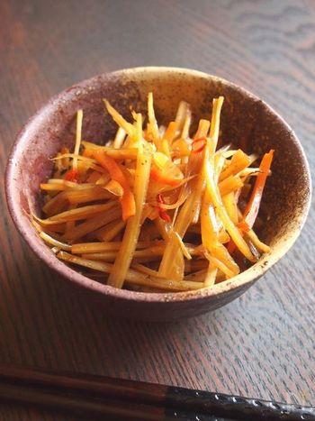 茎だけでなく、うどの皮まで使い切るレシピ。汁気がなくなるまで炒め煮することでツヤを出す作り方は、きんぴらごぼうなどにも応用できる基本のレシピ。この機会に覚えてみて。