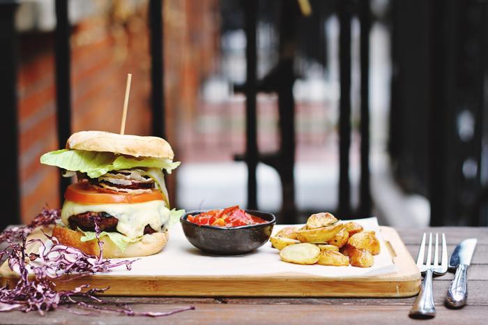 お店巡りでお腹がすいたら、野菜もたっぷり摂れるちょっとグルメなハンバーガー屋さんで気軽なランチタイムもいいですね。スタミナのつくランチでパワーチャージ*