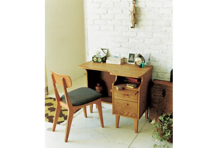 シンプルな木の勉強机は椅子を変えるだけで印象が変わります。上の写真の用に革やビニール素材だと大人っぽく、木や布製は優しい印象に。成長や趣味の変化にともなって、椅子でイメージを変えることも。
