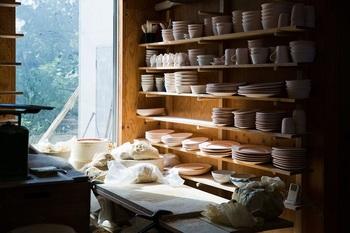 自らのルーツとなる鹿児島・坊津の土を掘るところから器を作る陶芸家、城戸雄介さん(ONE KILN)。その場所の緯度と経度が刻まれた新作の器〈CULTIVATE〉シリーズと、実物の原土を展示します。目の前にある器が、どこで育ち、どんな場所から来たのか。想いを馳せる時間もまた楽しいもの。