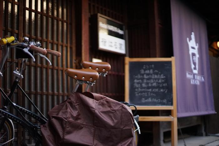 予算を抑えつつ「その街らしさ」を生活者の目線で楽しみたい人におすすめなのが「ゲストハウス」。たとえば京都では、昔ながらのレトロな町家のゲストハウスに泊まれます。素泊まり、食事提供あり、食材を持ち込んでの自炊OKなど、ゲストハウスごとにサービス内容が違うので、予約時に確認を。