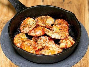 塩胡椒で味付けした海老を殻付きのままカリっと焼きあげた、香ばしさがやみつきになるおつまみ。にんにくの香りでワインがさらに進みそうです。味付けして焼くだけの手軽なところも嬉しいですね。