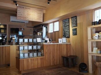 コーヒー豆やコーヒー関連グッズも購入可能です。そして、こちらでは2つのカウンターがあり、1つは自宅用コーヒー豆について、もう1つはコーヒーの淹れ方や器具についてバリスタに相談できますよ。
