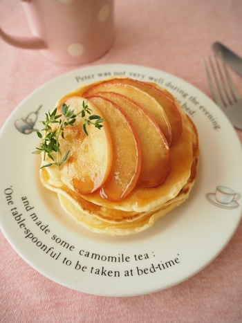 パンケーキにキャラメルソースと、キャラメルソースで甘く煮詰めたりんごをたっぷりかけたキャラメルアップルソース。食べ応えのあるおしゃれなスイーツに大変身♪