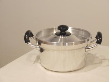 """こちらはアルミの鍋は""""文化鍋""""と呼ばれるもの。文化鍋とはもともとはご飯を炊くために使われていたお鍋のことなんです。でもこのお鍋はいろいろなお料理に使えます。  厚手のアルミ鍋。熱の当たりが柔らかくて、しかも一度高温に熱したら、あとは弱火にしても充分に調理できます。煮物を作るのにとてもよい。もちろんご飯を炊いてガス焚きのお米のおいしさも味わってください。"""