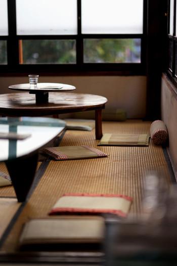 きょんさんが、二度目に訪れた二階の和室。畳にイサム・ノグチのコーヒーテーブルを合わせるセンスは秀逸ですね。 一階はテーブル席になっています。